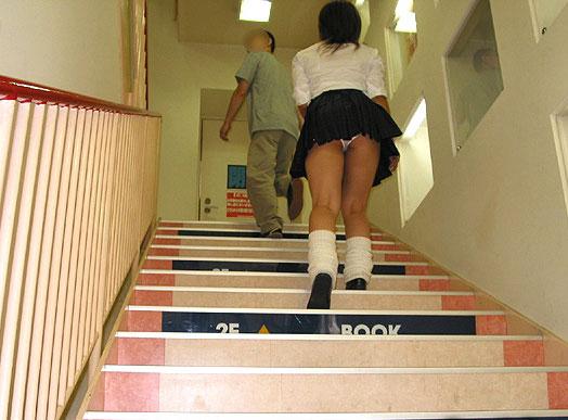 接写靴カメで盗撮されたjk階段ロリパンツ逆さエロ画像8枚目