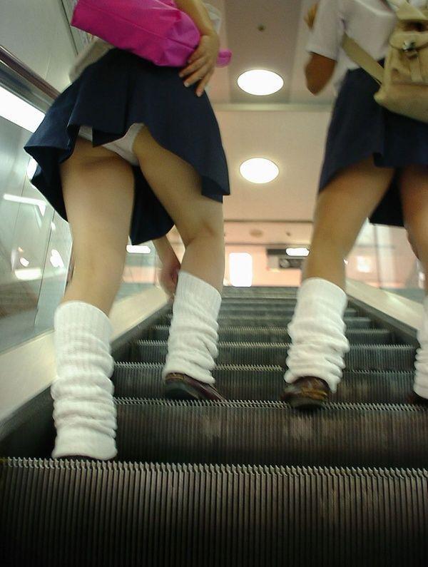 接写靴カメで盗撮されたjk階段ロリパンツ逆さエロ画像9枚目