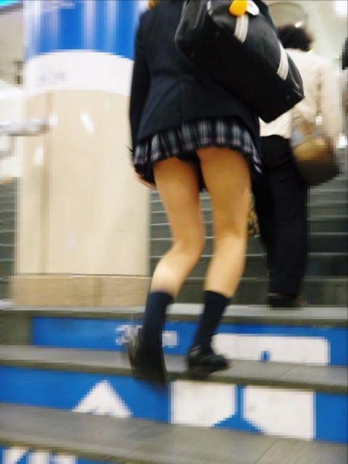 接写靴カメで盗撮されたjk階段ロリパンツ逆さエロ画像15枚目