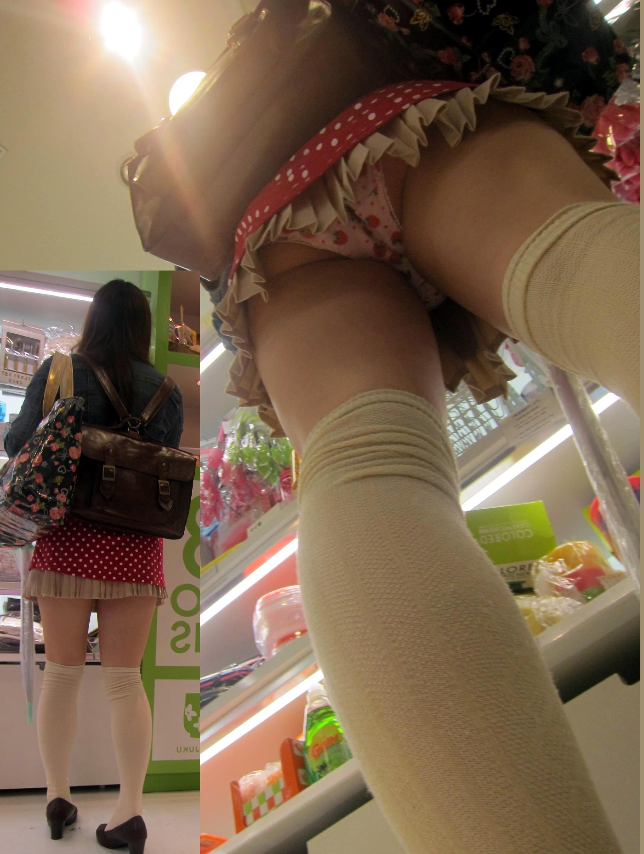 音大に通う女子大生の階段下逆さ純白下着盗撮エロ画像15枚目