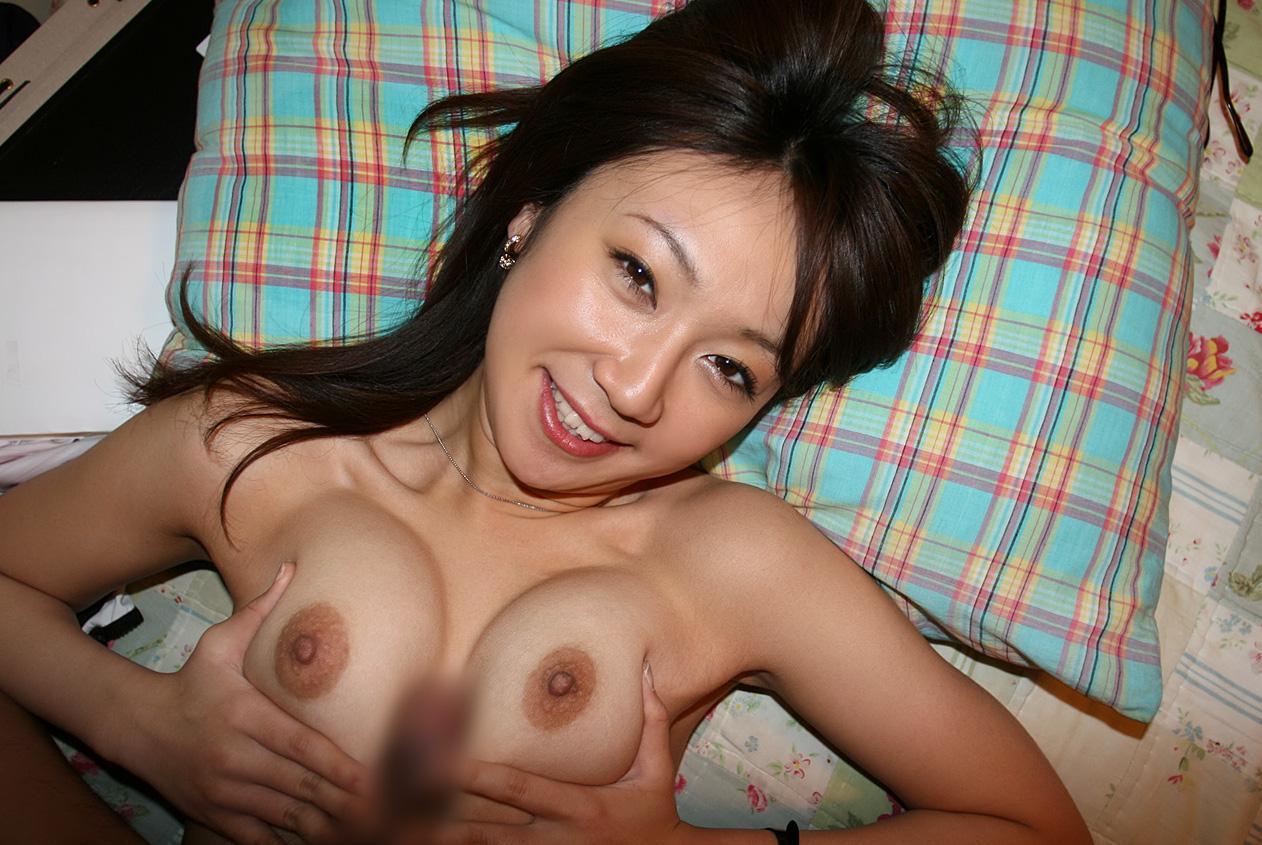 巨乳若妻の谷間で乳内射精パイズリ不倫のエロ画像1枚目