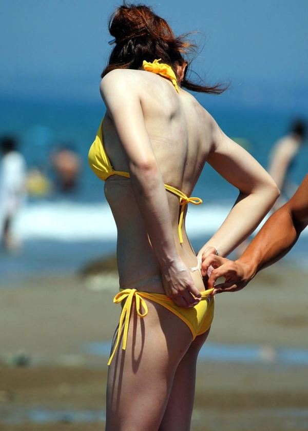 プールと海で盗撮された女子高生のおっぱいお尻エロ画像3枚目