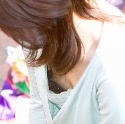ノーブラ女子大生の胸チラ乳首ポロリ盗撮エロ画像15枚目