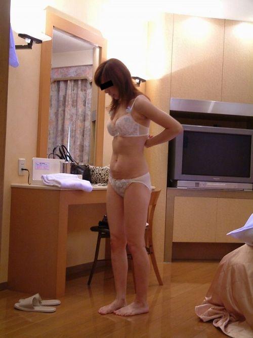 カップレスブラで不倫する下着姿の熟女エロ画像5枚目