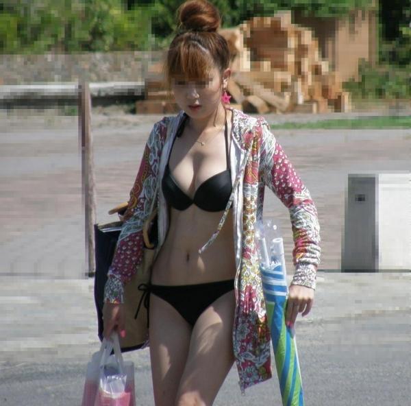 水着跡素人女子大生の半ケツ食い込み盗撮写メ流出エロ画像7枚目