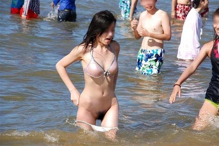 水着跡素人女子大生の半ケツ食い込み盗撮写メ流出エロ画像14枚目