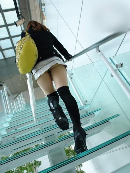ムチムチ太ももとミニスカがエロイ階段下パンチラエロ画像12枚目