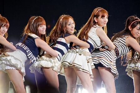 元AKB48指原のミニスカ三角パンチラまん毛盗撮エロ画像8枚目