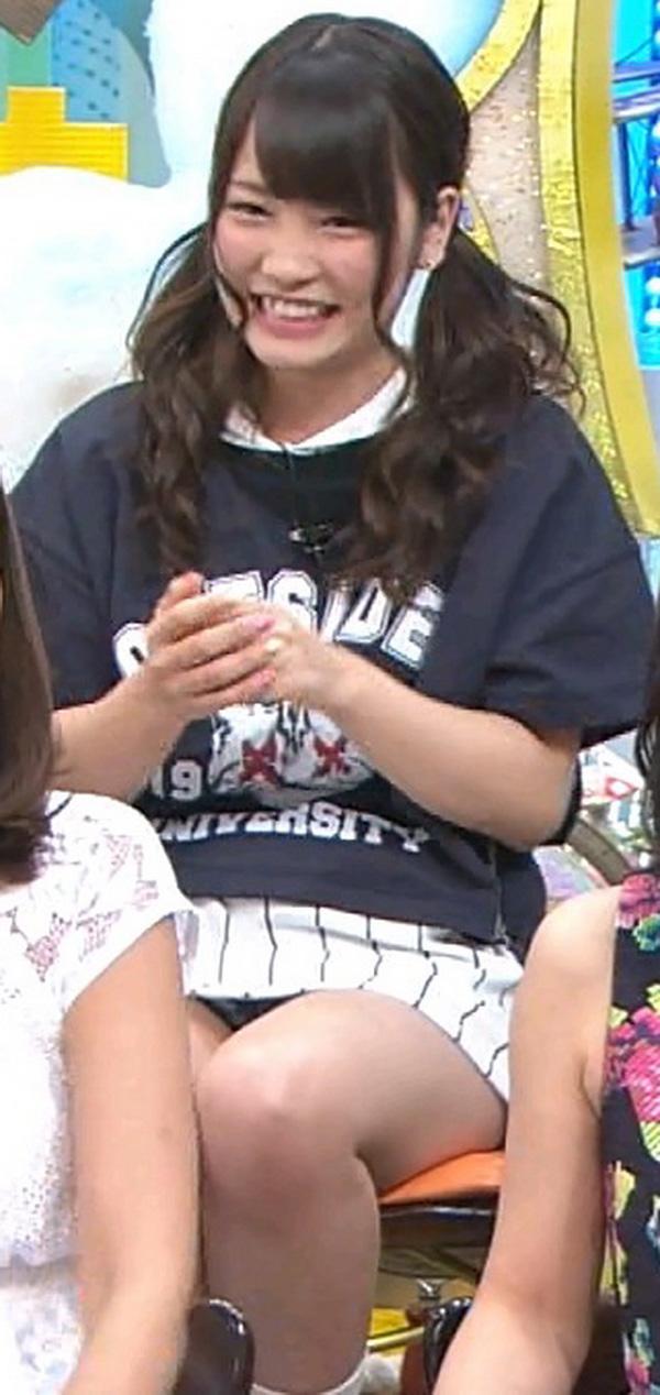 元AKB48指原のミニスカ三角パンチラまん毛盗撮エロ画像11枚目