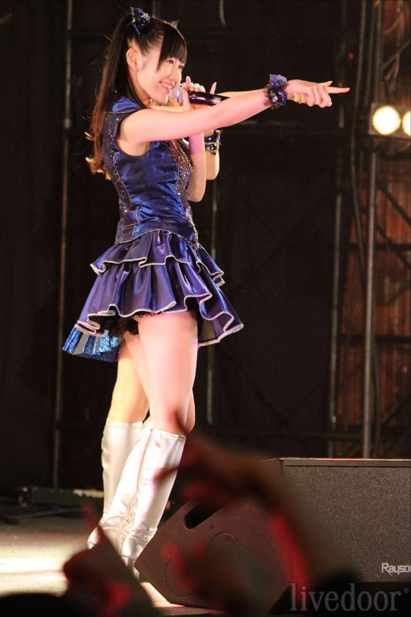 元AKB48指原のミニスカ三角パンチラまん毛盗撮エロ画像15枚目