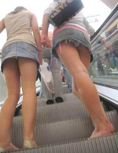 援交女子大生のミニスカ階段下パンチラ盗撮エロ画像1枚目