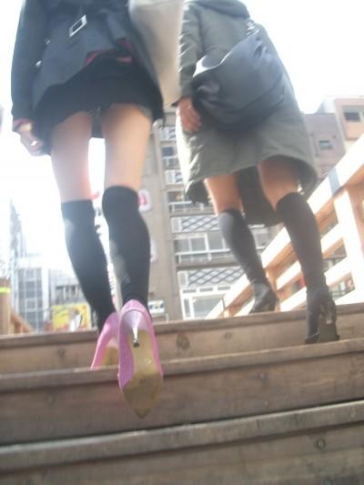 援交女子大生のミニスカ階段下パンチラ盗撮エロ画像7枚目