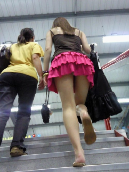 援交女子大生のミニスカ階段下パンチラ盗撮エロ画像14枚目