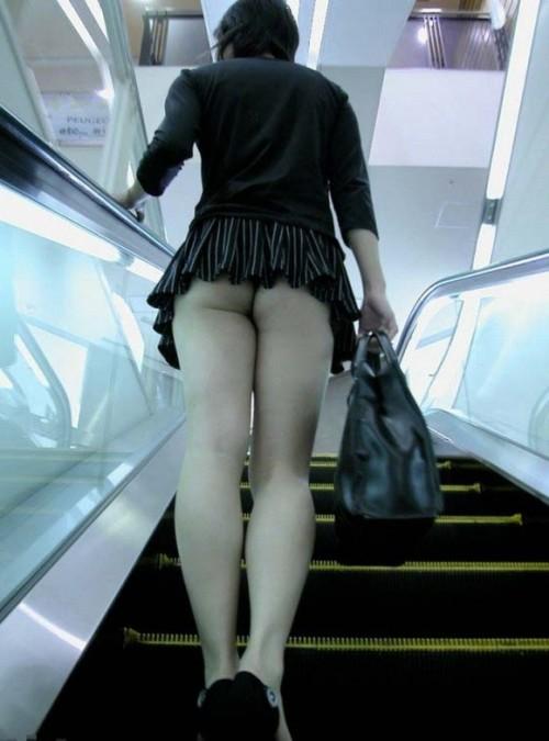 援交女子大生のミニスカ階段下パンチラ盗撮エロ画像15枚目