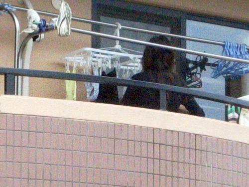 ベランダで派手な下着を干す姉の姿を盗撮したエロ画像1枚目