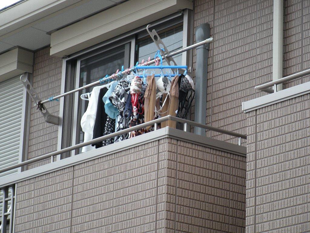 ベランダで派手な下着を干す姉の姿を盗撮したエロ画像3枚目