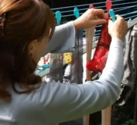 ベランダで派手な下着を干す姉の姿を盗撮したエロ画像9枚目