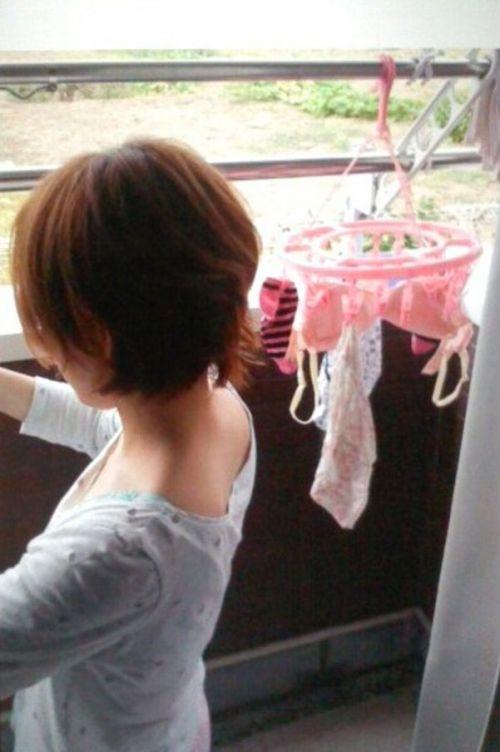 ベランダで派手な下着を干す姉の姿を盗撮したエロ画像11枚目