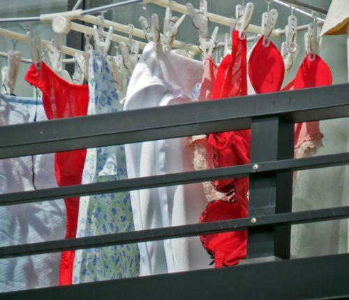 ベランダで派手な下着を干す姉の姿を盗撮したエロ画像12枚目