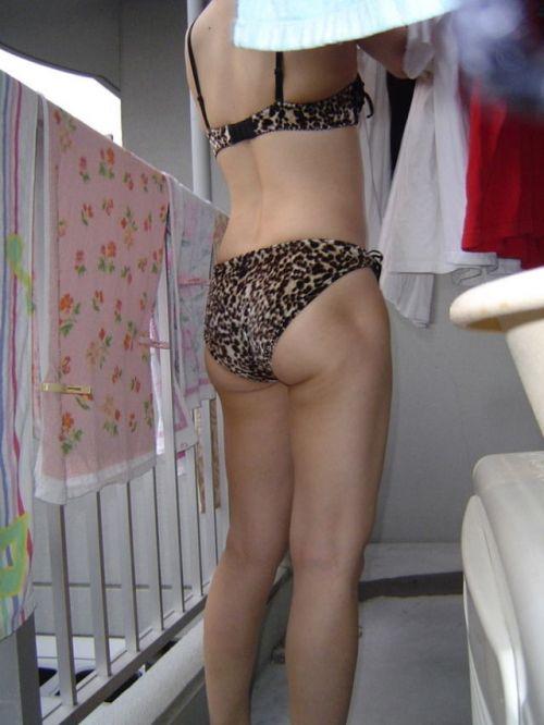 ベランダで派手な下着を干す姉の姿を盗撮したエロ画像15枚目