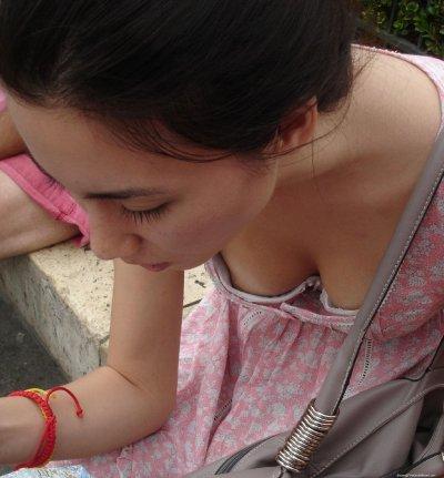 ダブル顔女子大生の浮きブラとおっぱい乳首ポロリエロ画像1枚目
