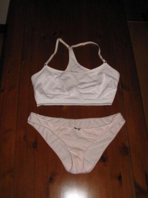 洗濯前の処女jk妹のスポブラと純白パンティ下着エロ画像1枚目