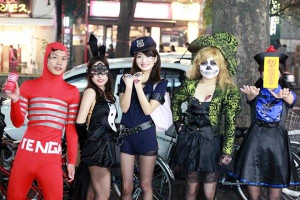 ハロウィン渋谷で全裸エロコス素人娘エロ画像11枚目