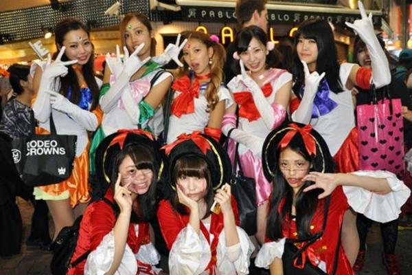 ハロウィン渋谷で全裸エロコス素人娘エロ画像14枚目