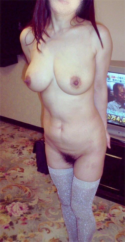 ラブホで不倫する巨乳パイパン若妻や熟女のエロ画像3枚目