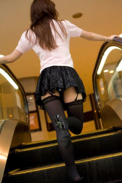 私服女子高生の下尻階段下パンチラ下着盗撮エロ画像7枚目