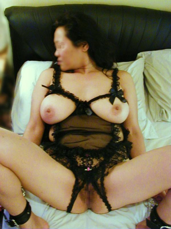 ラブホで不倫自撮りする下着姿のデブ熟女エロ画像9枚目