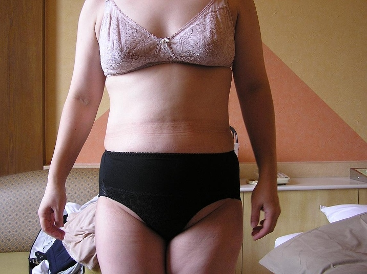 ラブホで不倫自撮りする下着姿のデブ熟女エロ画像13枚目