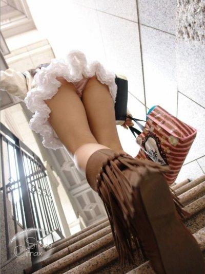 素人女子高生と女子大生の階段下パンチラ下着盗撮エロ画像4枚目