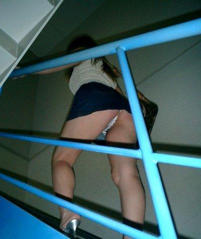 素人女子高生と女子大生の階段下パンチラ下着盗撮エロ画像5枚目