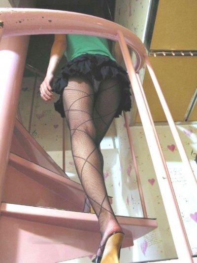素人女子高生と女子大生の階段下パンチラ下着盗撮エロ画像6枚目