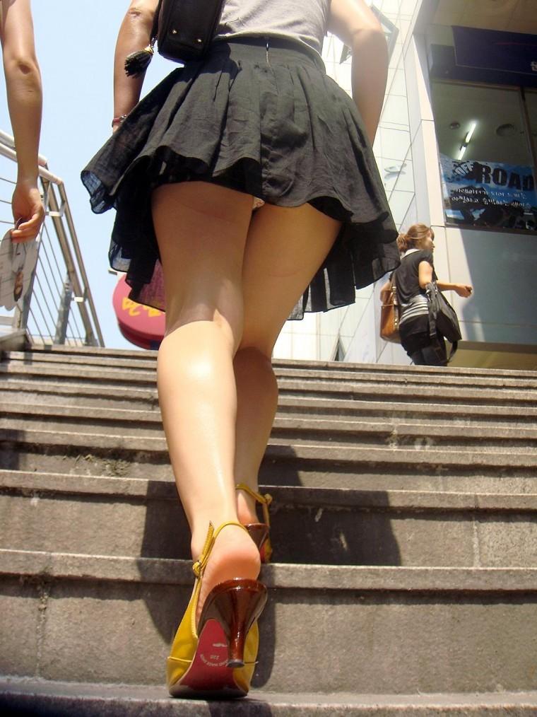 素人女子高生と女子大生の階段下パンチラ下着盗撮エロ画像10枚目