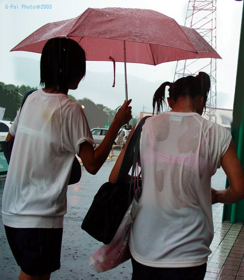 豪雨で透けブラジャー状態のjkブラウス盗撮エロ画像14枚目