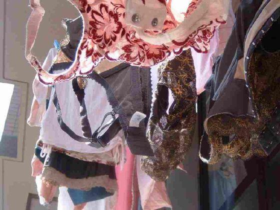 クロッチ汚れの姉のベランダの下着盗撮エロ画像2枚目