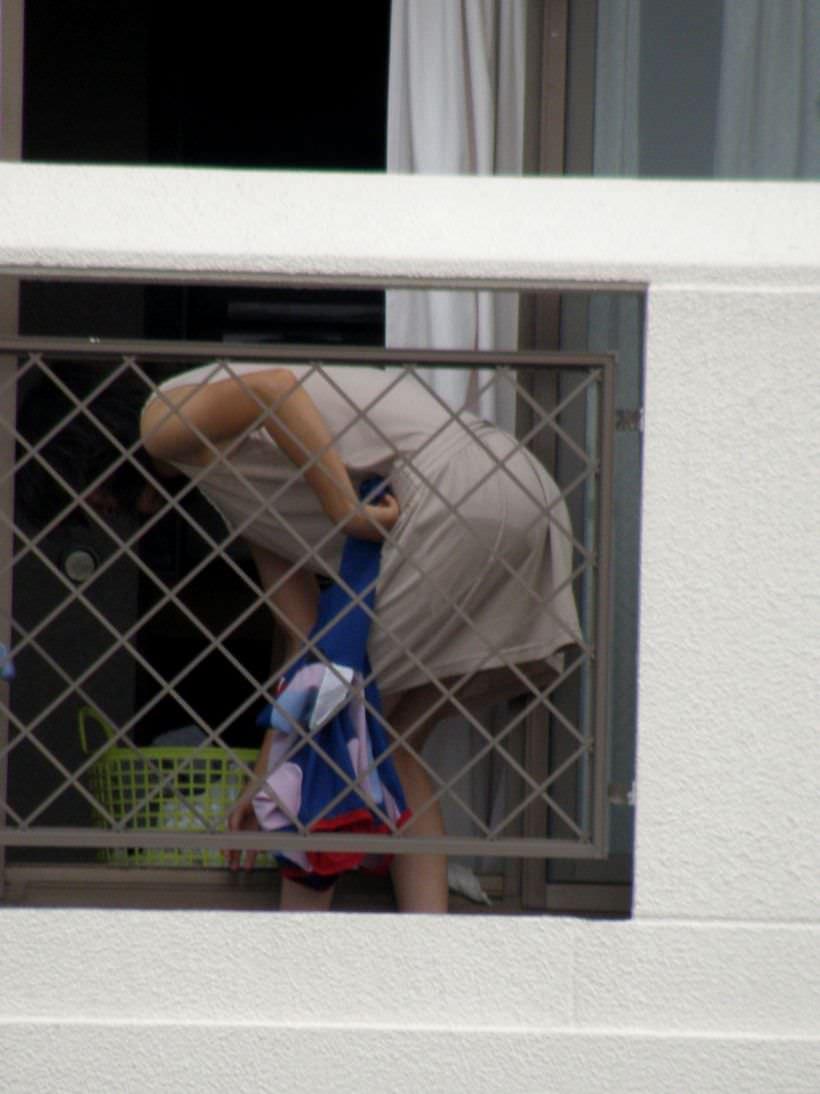 jk妹のベランダの水玉ロリパンツ下着盗撮エロ画像4枚目