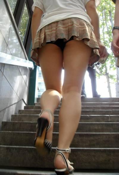 田舎の処女女子大生の階段下パンチラ下着盗撮エロ画像2枚目