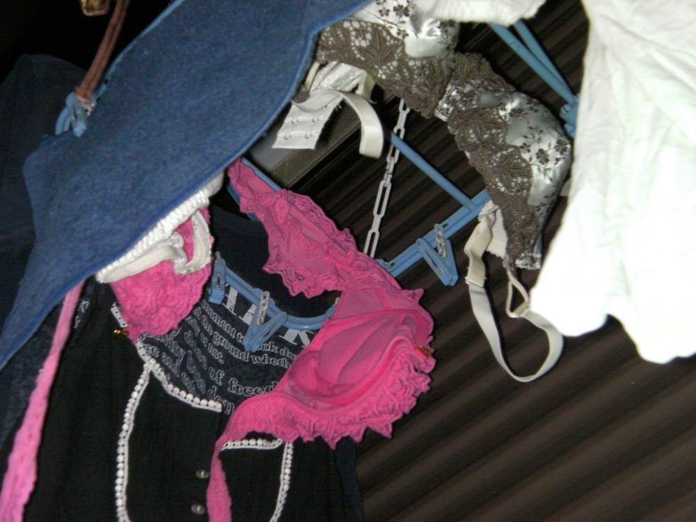 壁際に干された姉のベランダの下着を盗撮したエロ画像2枚目