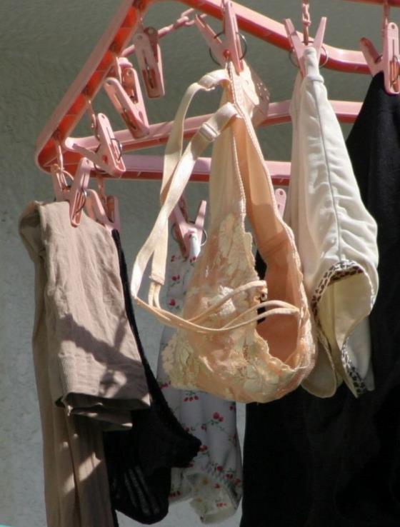 壁際に干された姉のベランダの下着を盗撮したエロ画像11枚目