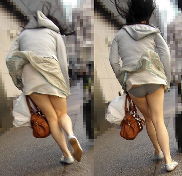 無防備な女子大生のパンチラ下着を街撮り盗撮エロ画像13枚目