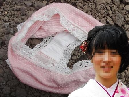顔出しjk妹のクロッチシミ付きロリパンツ盗撮エロ画像5枚目