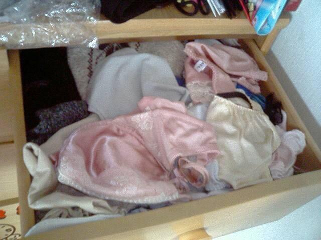 水色のブラがエロいjk妹のタンスの中の下着盗撮エロ画像5枚目