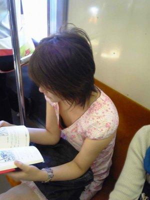 貧乳女子大生の胸チラノーブラ乳首盗撮エロ画像3枚目