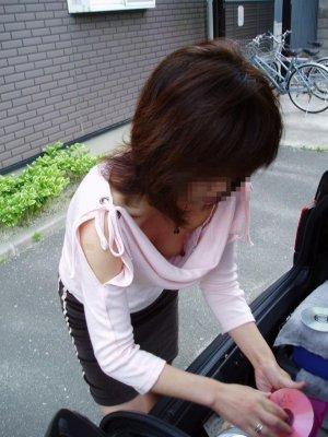 貧乳女子大生の胸チラノーブラ乳首盗撮エロ画像11枚目