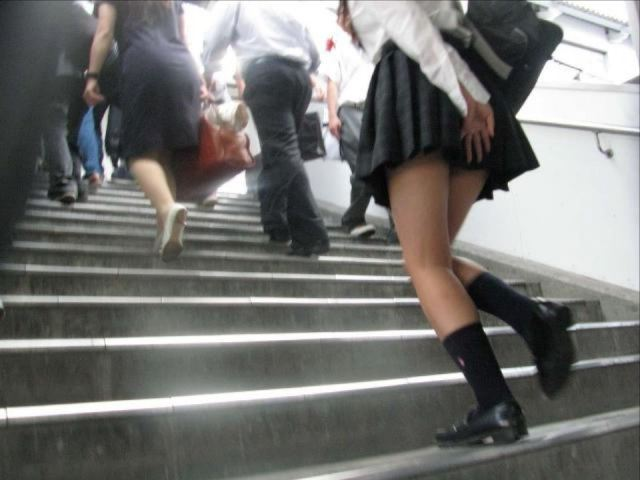 援交淫乱ギャルjkが階段下で下着を盗撮されたエロ画像14枚目
