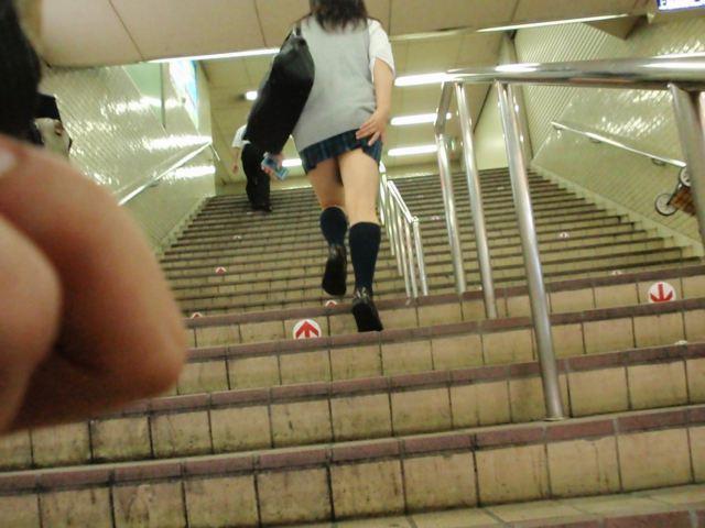 まんこに食い込む下着がエロい階段下のjk盗撮エロ画像9枚目
