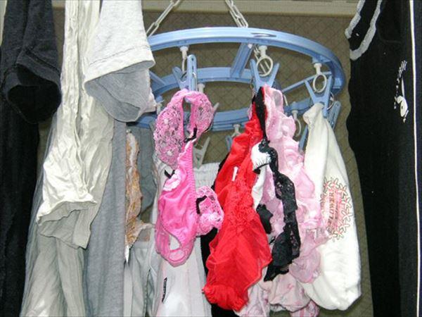 腋汗シミjk妹のブラジャー下着をベランダで盗撮エロ画像2枚目